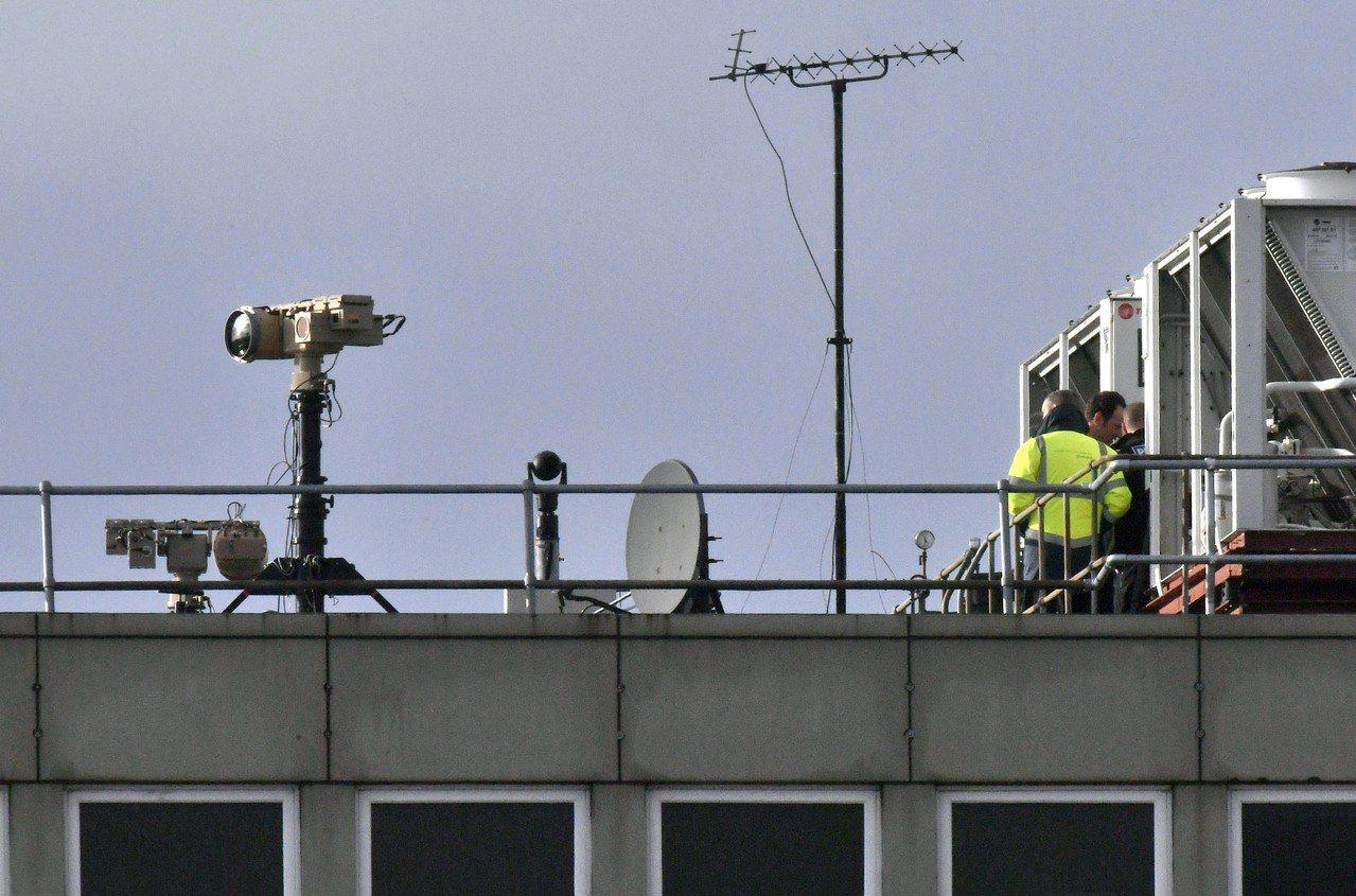 動用反無人機保護罩,英機場重開。 美聯社