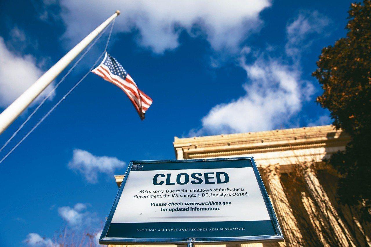 圖為華府國家檔案館關閉的公告。 歐新社