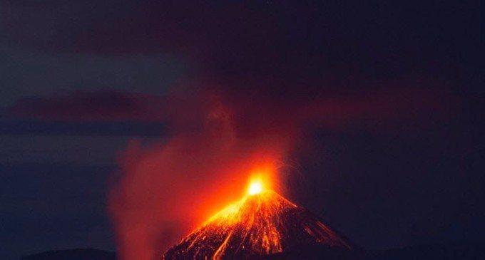 圖為挪威男子拍下22日喀拉喀托之子火山(Anak Krakatoa)爆發瞬間。 ...