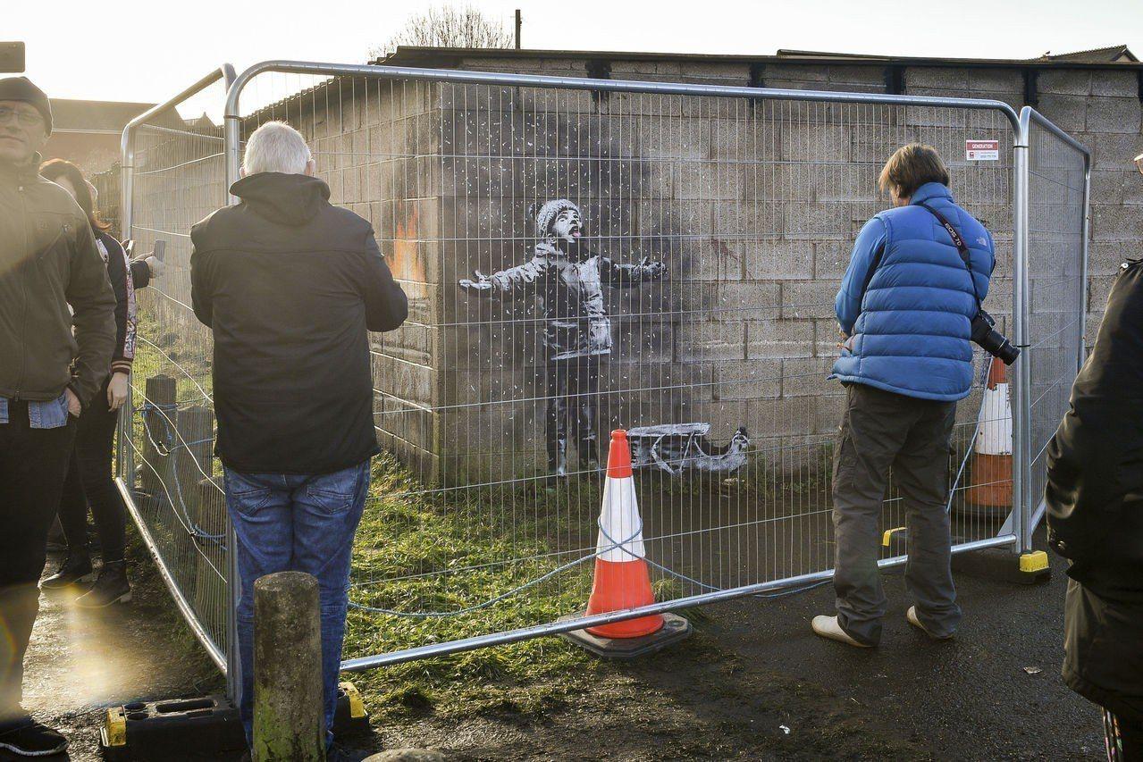 英國知名塗鴉藝術家班克西(Banksy)的最新作品出現在威爾斯南部小鎮牆上。 美...