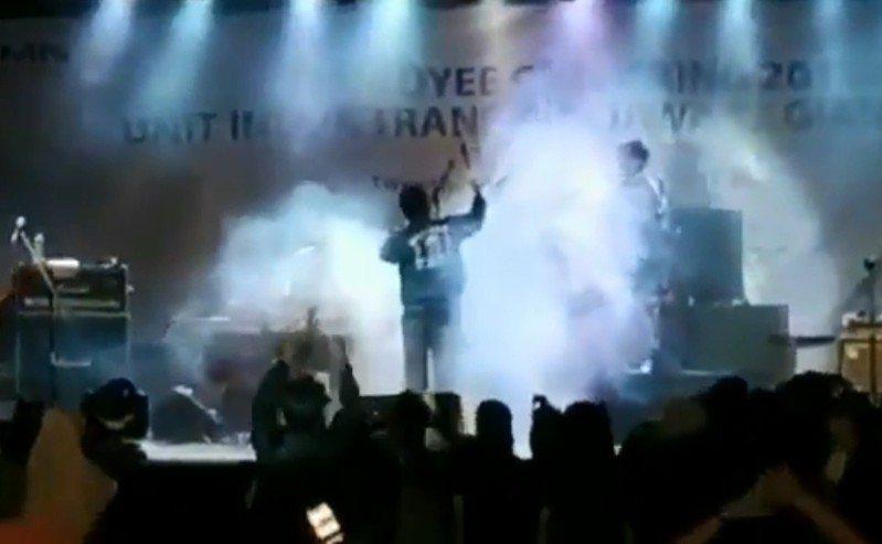 印尼海嘯突襲,一處海邊舉行的宴會舞台被沖倒。 圖擷自「Sotiri Dimpinoudis」推特