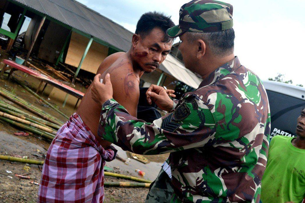 12月22日海嘯襲捲印尼多地,各地傷亡嚴重。 路透社