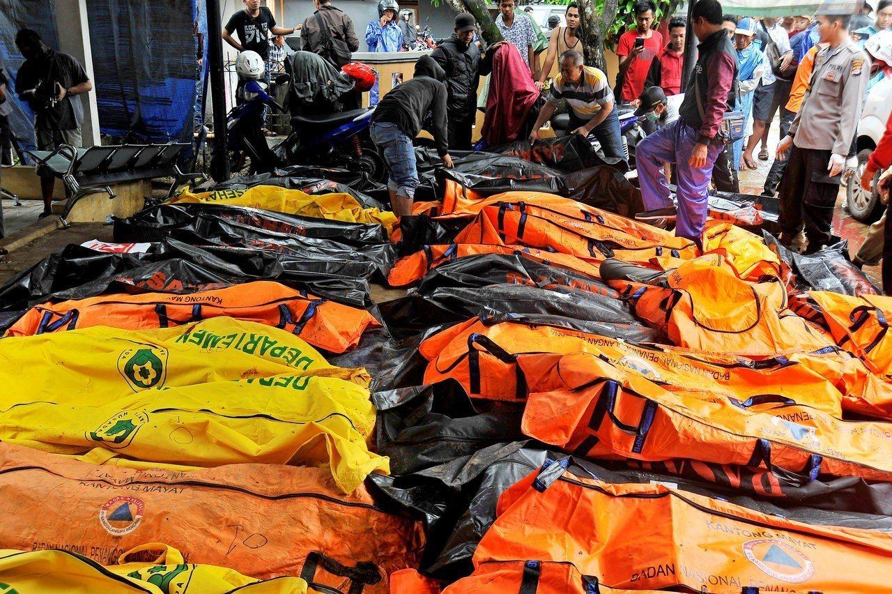 印尼12月22日晚間發生海嘯,多處觀光重地災情嚴重。 路透社
