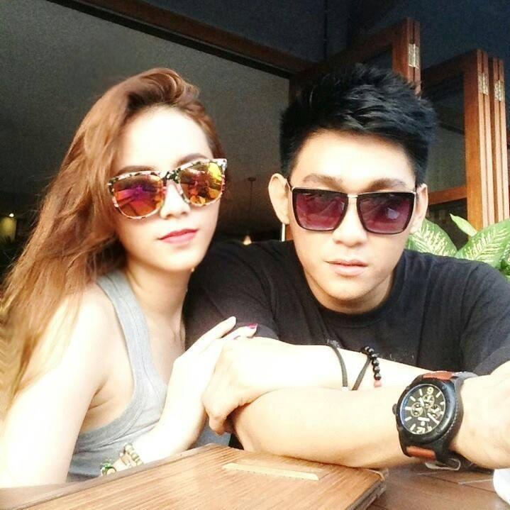 Seventeen主唱法加夏(Riefian Fajarsyah,圖右)與妻子撒...