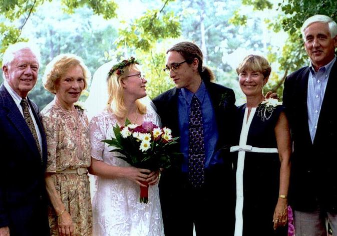 美國前總統卡特夫婦(左一,左二)嫁女兒時,異常低調。 台灣醒報(擷自《新娘》雜誌...