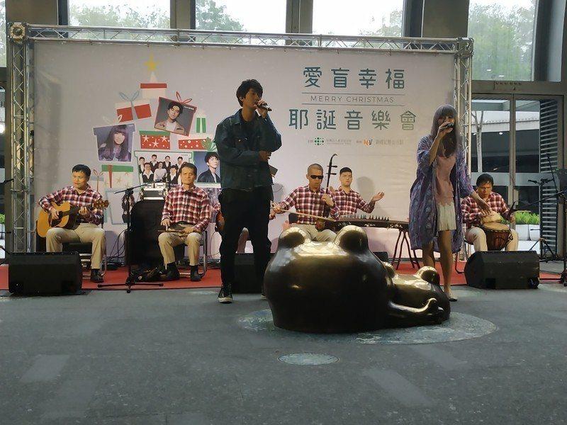 由視障者成立的愛盲樂團以中西樂器合併的方式,演奏多首聖誕歌曲及澎湖灣等民謠,許書...