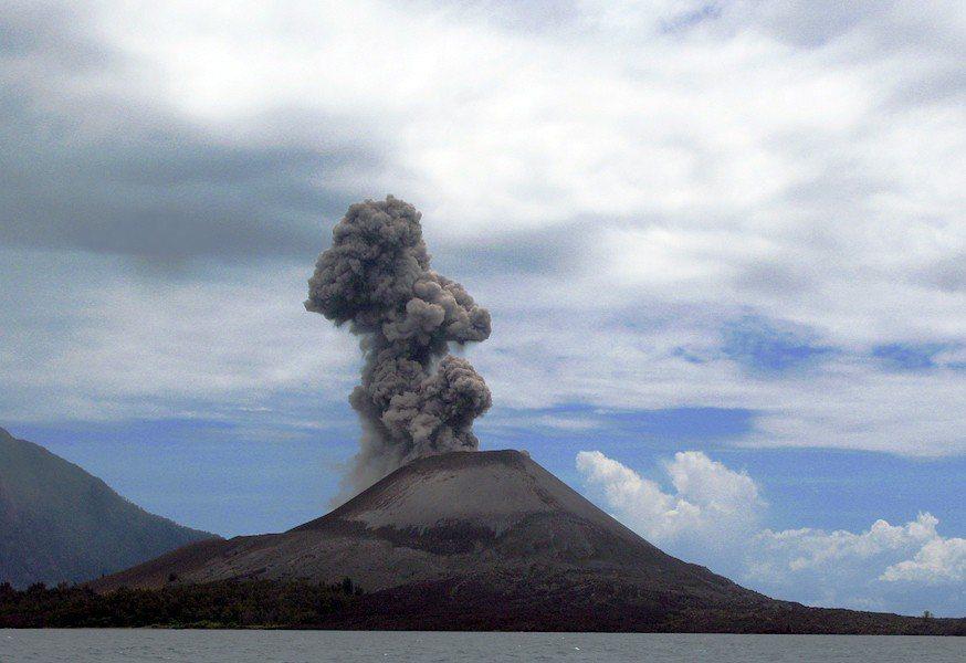 喀拉喀托火山檔案照。取自維基百科
