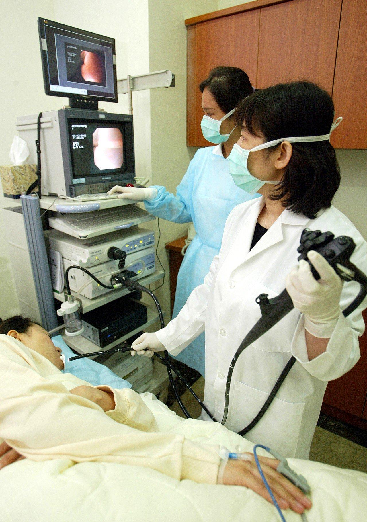 許多人接受胃鏡檢查時也全身麻醉,醫師建議要注意麻醉風險。圖/本報資料照片