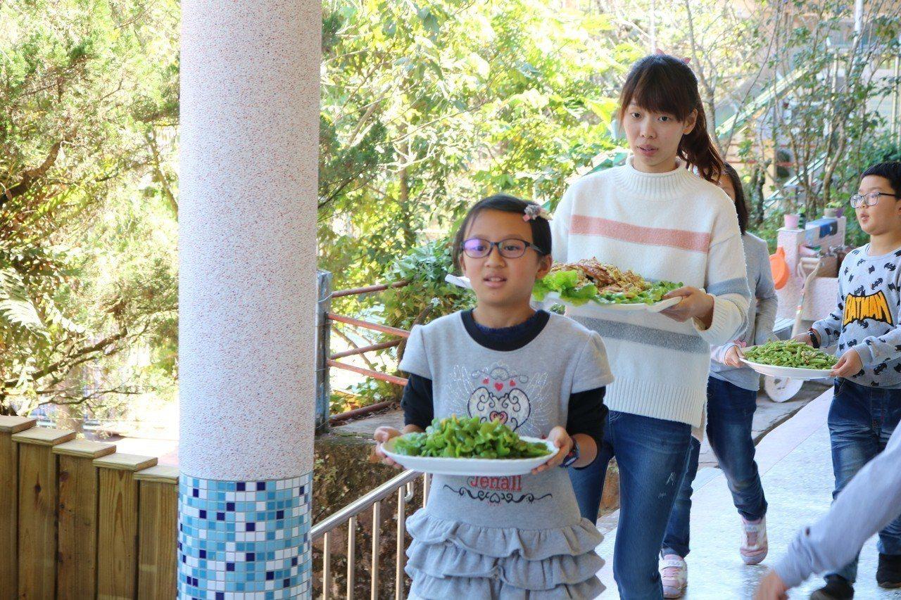 仁和小農夫自炊秀 上菜。圖/仁和國小提供