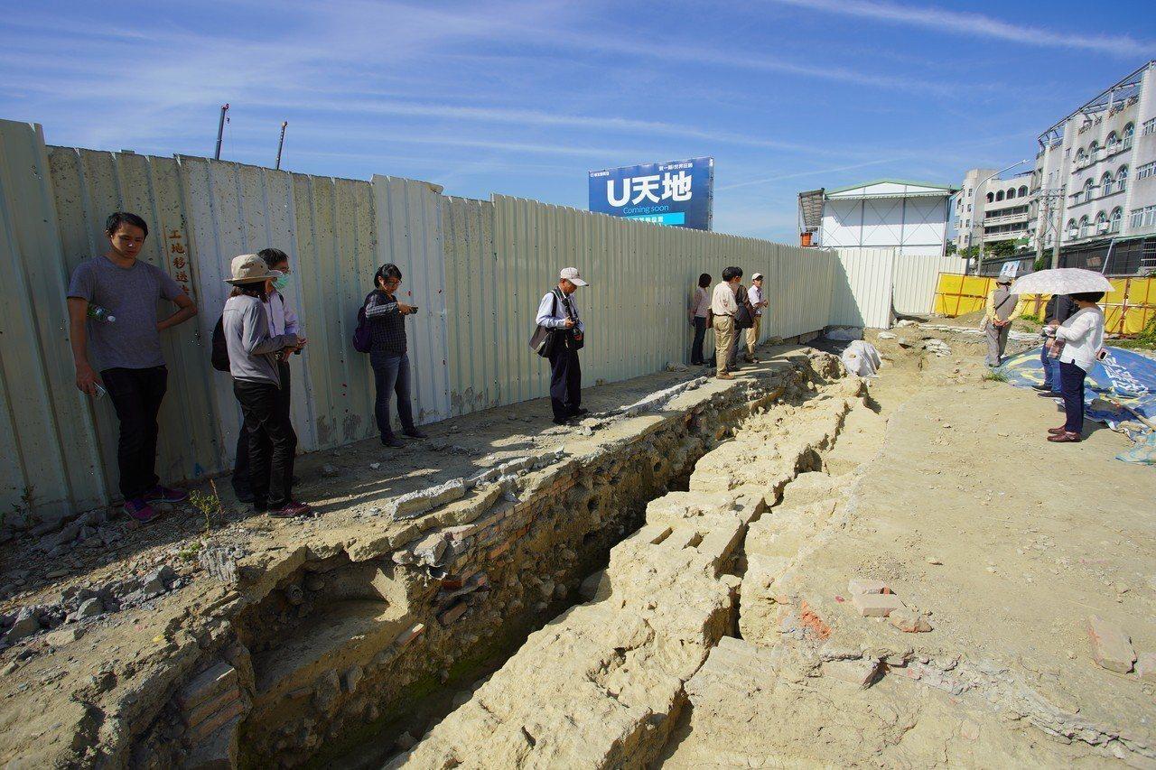 高雄市文化局邀集文資委員現勘,發現建案基地內的城牆遺跡保存相當完整,還可看到當年...