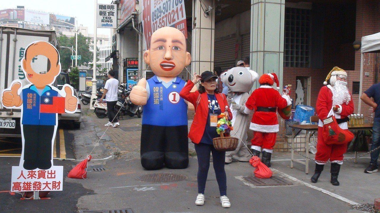 超級韓粉郭先生贊助發放5000碗肉燥飯,現場還有韓國瑜的人形立牌。記者謝梅芬/攝...