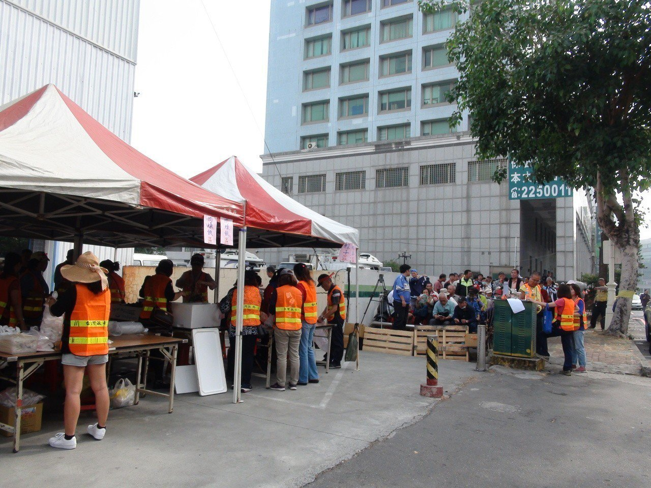 超級韓粉郭先生贊助發放5000碗滷肉飯,一早就吸引許多民眾排隊等候。記者謝梅芬/...