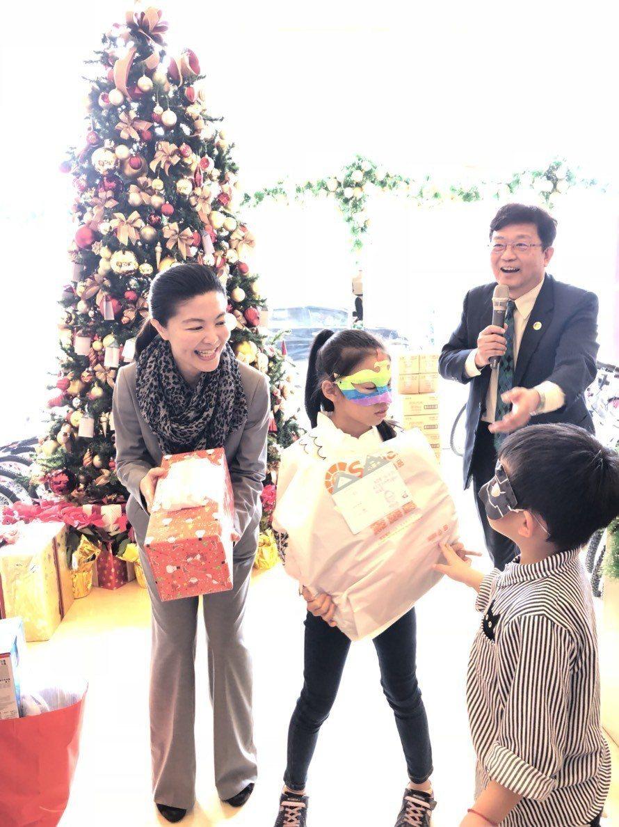 嘉義地區唯一一家五星級飯店耐斯王子大飯店連續12年舉辦聖誕心願卡活動,450個孩...