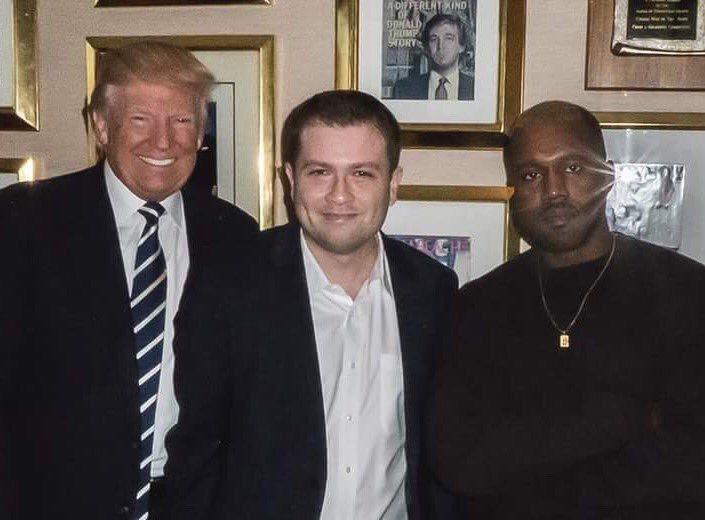 美國總統川普(左)、他的前社群媒體顧問麥康尼(中)和支持川普的美國饒舌歌手肯伊威...