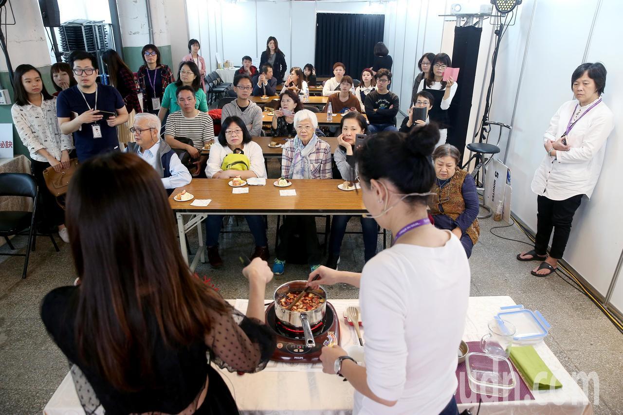 「有意思生活節-健康互動講座」邀請新光醫院營養師夏子雯(前左),與聽眾分享紅酒對...