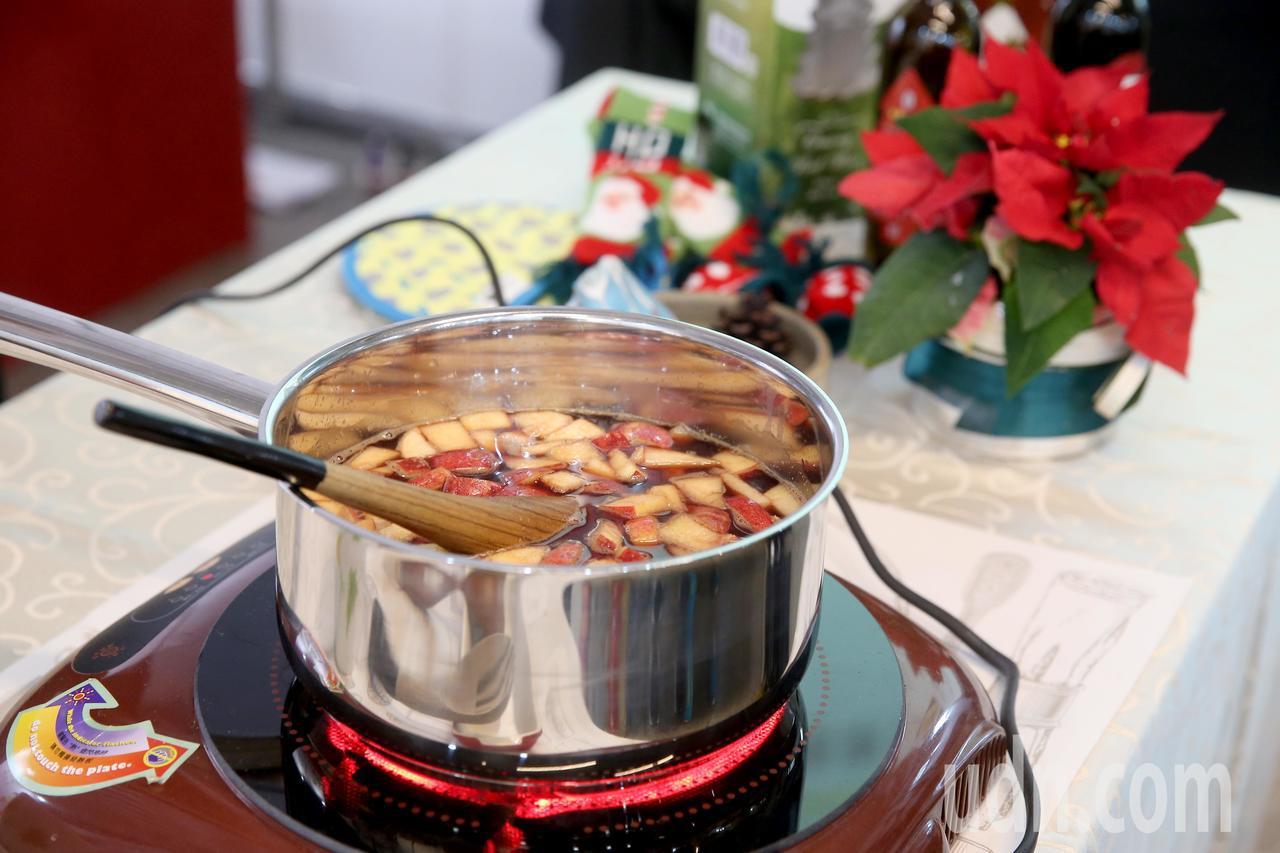 「有意思生活節-健康互動講座」傳授熱紅酒的暖冬護心法,聽眾品嚐現煮的熱紅酒。記者...