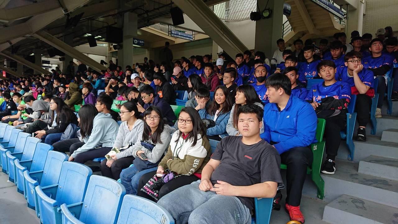 台北城市科技大學休閒事業系師生400人,到新莊球場觀看富邦U18明日之星大賽。圖...