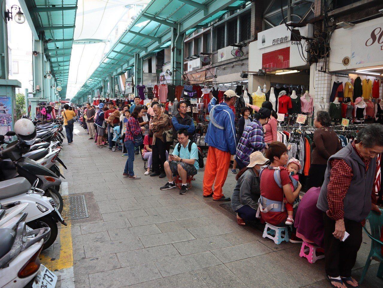 警方估計南華市場排隊民眾至少有1千人。記者張媛榆/攝影