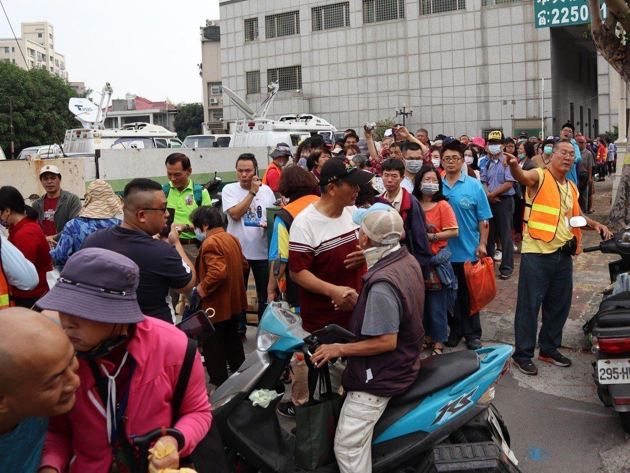 國民黨高雄市黨部前排隊隊伍目測超過300公尺,有上千人前來排隊。記者張媛榆/攝影