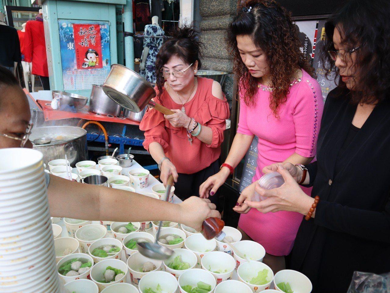 南華市場下午1點半免費發放1088碗虱目魚丸湯、200顆肉粽、300個肉包。記者...