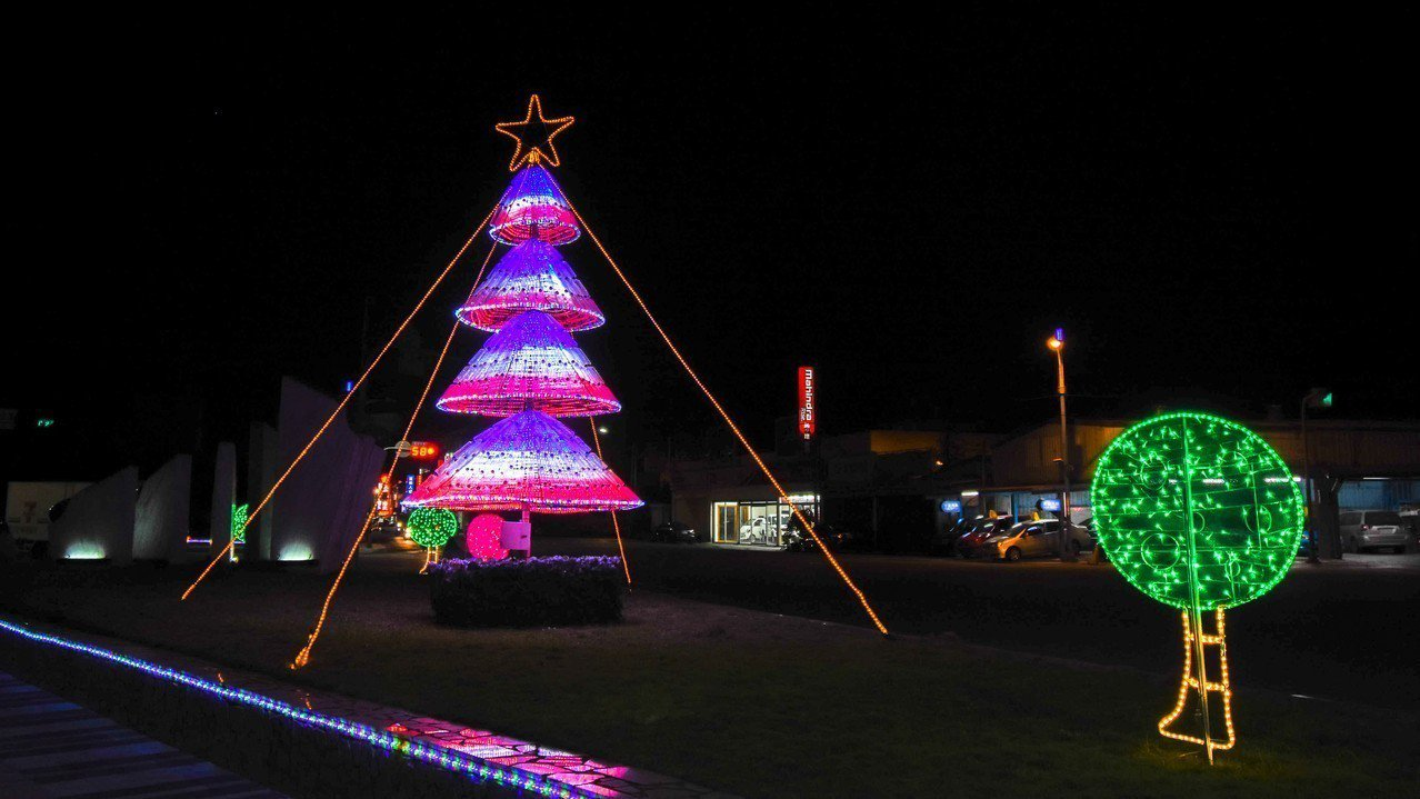 花蓮吉安鄉公所清潔隊利用逾千支回收寶特瓶,打造成3公尺高環保耶誕樹,將環保理念融...