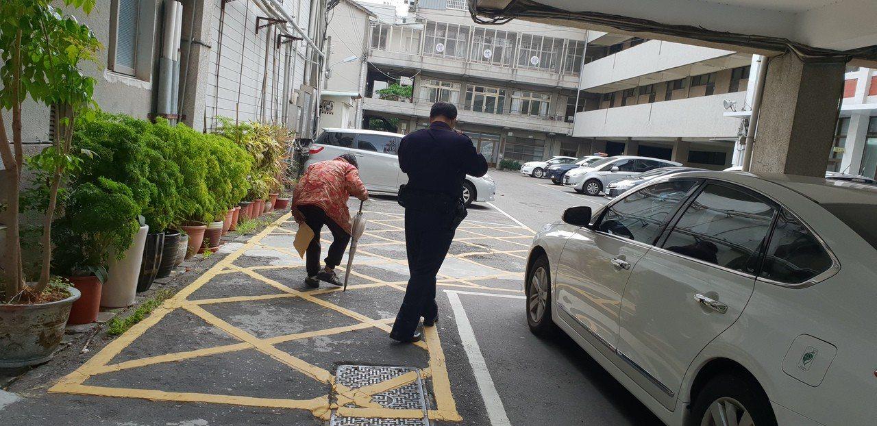 行動不便的77歲張姓阿嬤被台中警方逮捕。記者游振昇/攝影