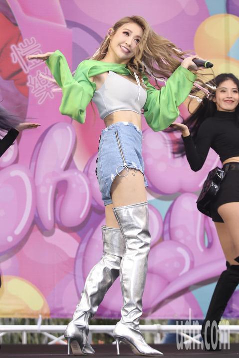 愷樂下午在西門町舉行「泡泡糖」EP台北簽唱會,現場唱跳首波主打《戀愛泡泡糖》,還邀請到嘉賓張立昂現身站台。