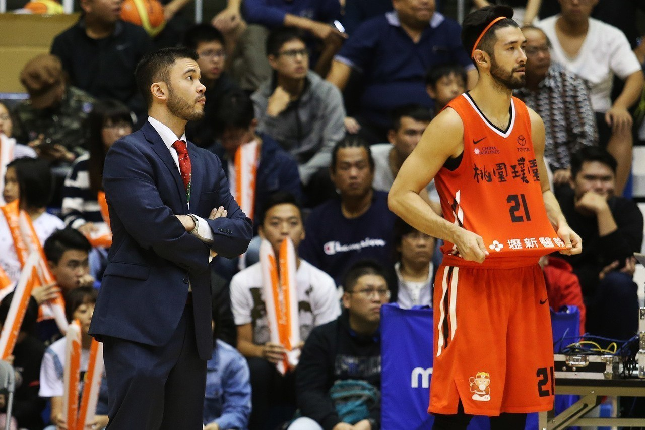 璞園總教練麥班達(左)。圖/中華籃球協會提供