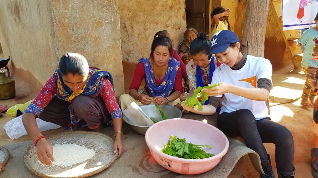 張鈞甯在尼泊爾東烏岱普爾計畫區的模範媽媽教室親自下廚。記者杜沛學/攝影