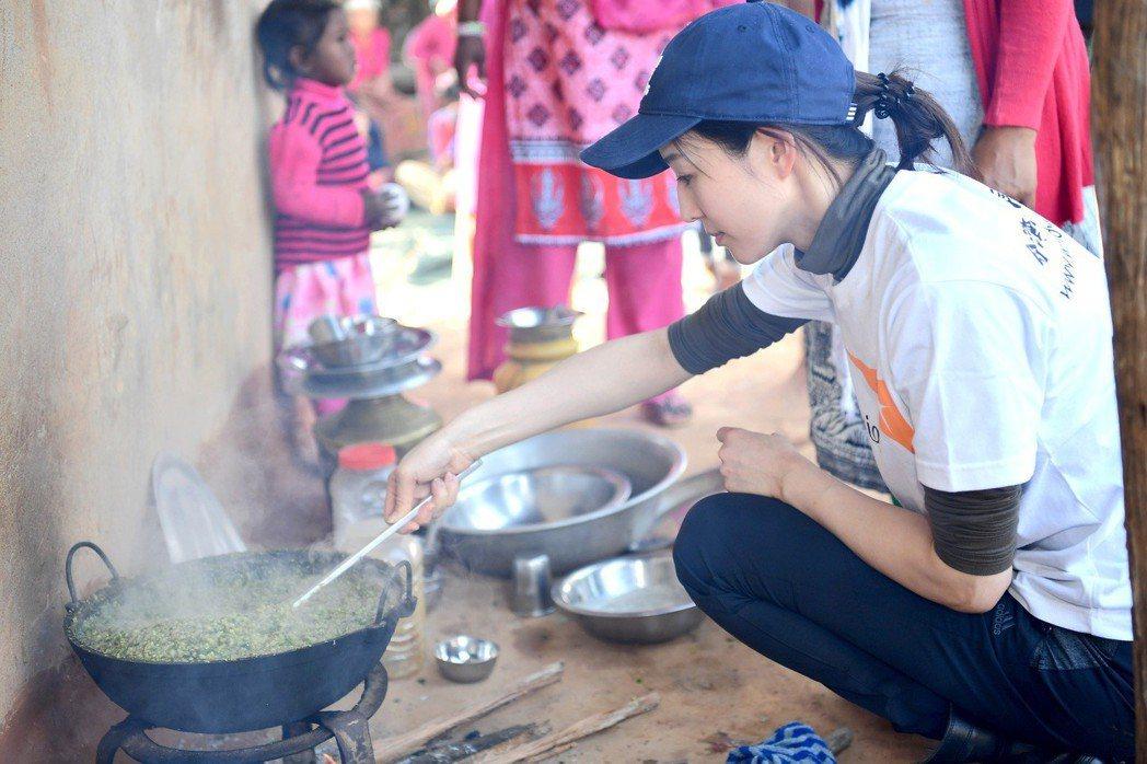 張鈞甯在尼泊爾東烏岱普爾計畫區的模範媽媽教室親自下廚。圖/世界展望會提供