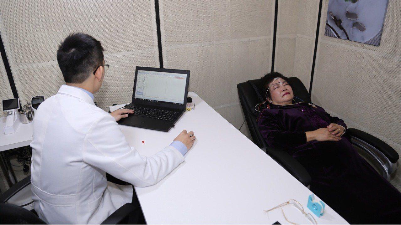 目前已有業者在台北門市引進聽性腦幹誘發反應檢查ABR等新設備,提供民眾檢測,該設...