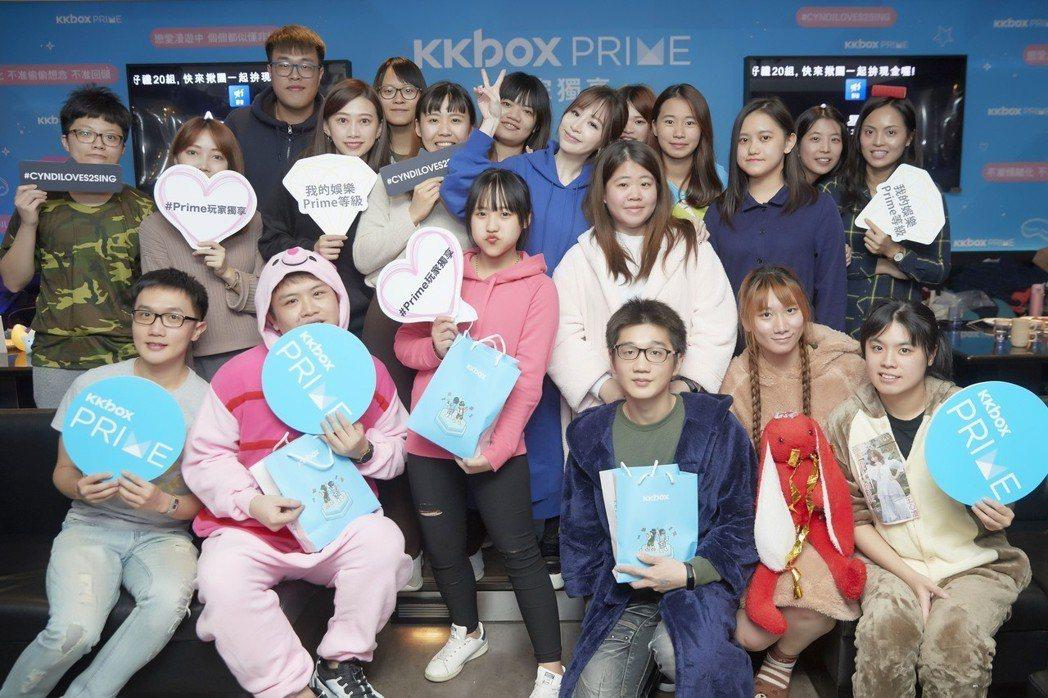 王心凌(後排中)穿睡衣跟歌迷相見歡。圖/KKBOX提供