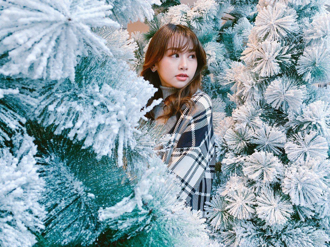 不把整棵耶誕樹完整拍進去,反而有種被耶誕森林包圍的特殊氛圍。圖/@River.T...