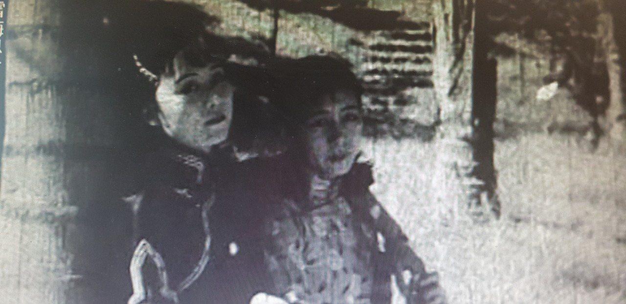 日治時期拍攝「全台灣」紀錄片中,有台灣第一位「台灣小姐」,為圖右的黃鳳,左則為同...