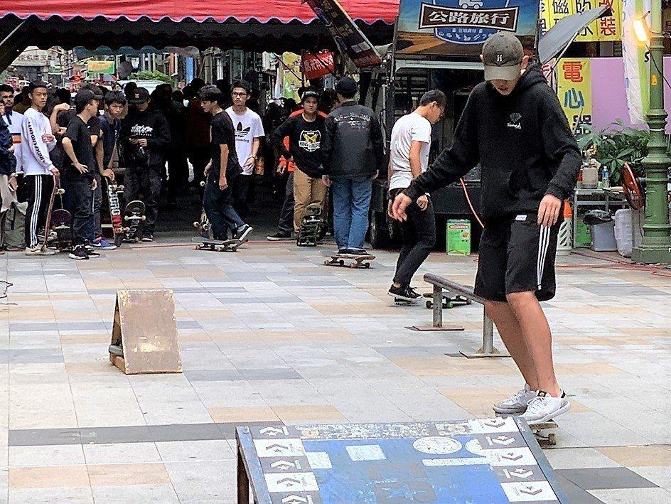 台中市政府經濟發展局今在繼光街舉辦滑板團隊的演出和交流活動。圖/台中市政府經濟發...