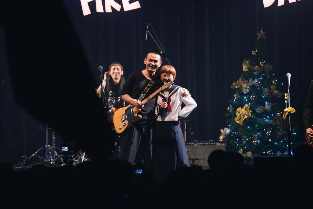 楊大正(左)和老婆山東合體開唱。圖/火氣音樂提供