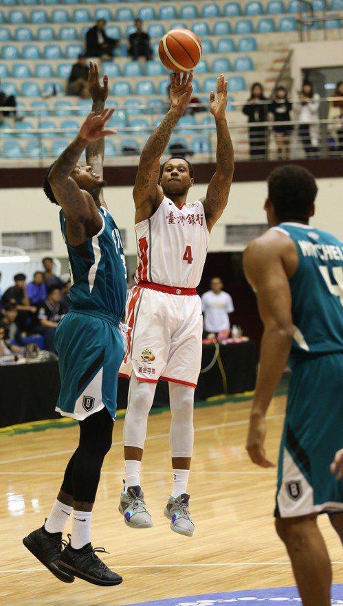 台銀隊洋將史密斯(中)。圖/中華籃球協會提供
