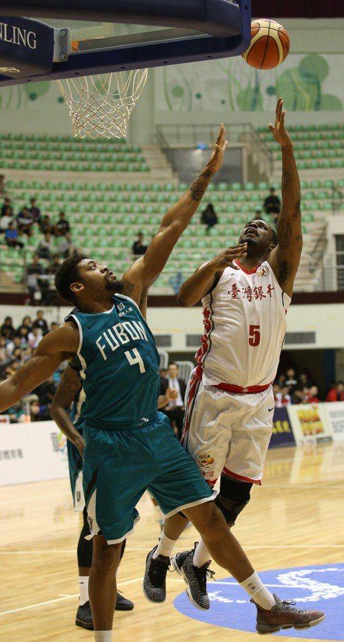 台銀隊洋將羅德尼(右)。圖/中華籃球協會提供