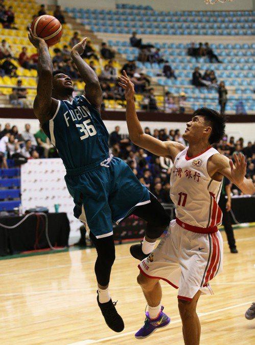 富邦隊賈西亞(左)對上老東家繳「雙十」成績。圖/中華籃球協會提供