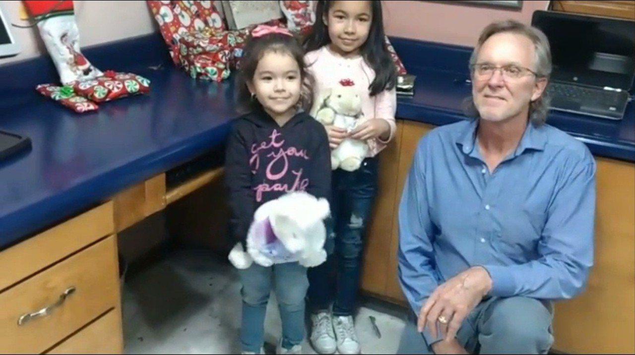 美國亞利桑那州男子海斯,遛狗時撿到墨國女童戴亞美的許願氣球,因此決定要當一回耶誕...
