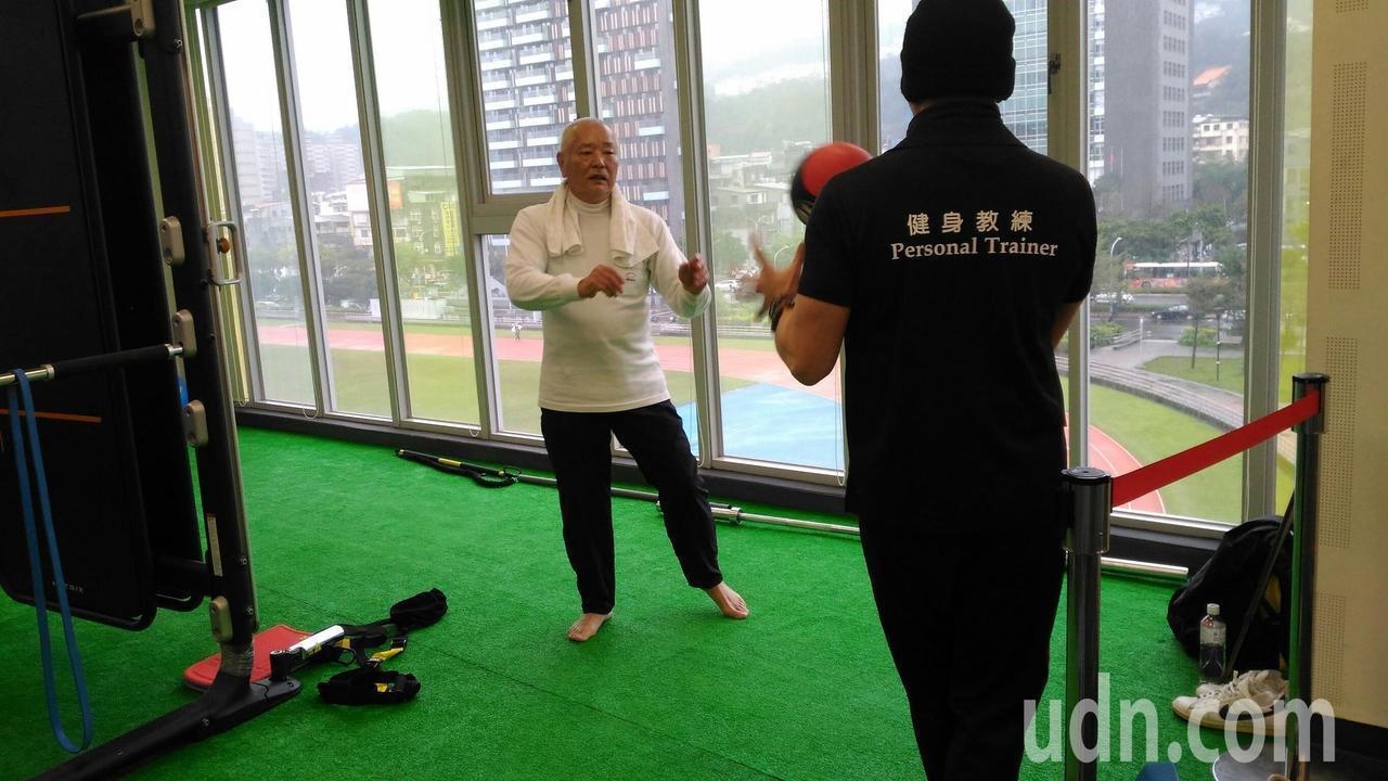 76歲曾爺爺(左)在健身教練吳建佑(右)指導下,四肢肌力愈練愈有勁,走路步態也更...