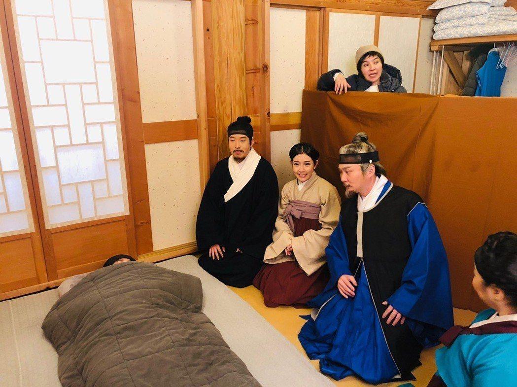 郭亞棠(左二)、紅毛日前拍唐美雲歌仔戲,隨著劇組赴韓國取景實地拍攝。圖/民視提供