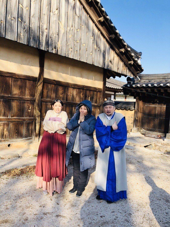 郭亞棠(左起)日前拍唐美雲歌仔戲,藝人紅毛也隨著劇組赴韓國取景實地拍攝。圖/民視...