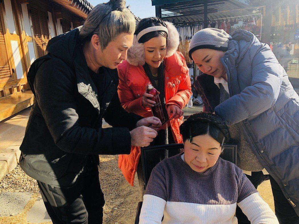 紅毛(左)、郭亞棠日前拍唐美雲歌仔戲,隨著劇組赴韓國取景實地拍攝。圖/民視提供