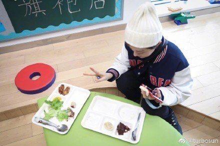 孫儷因實在餓壞了,大大享用了兒子同學的午餐。圖/摘自微博