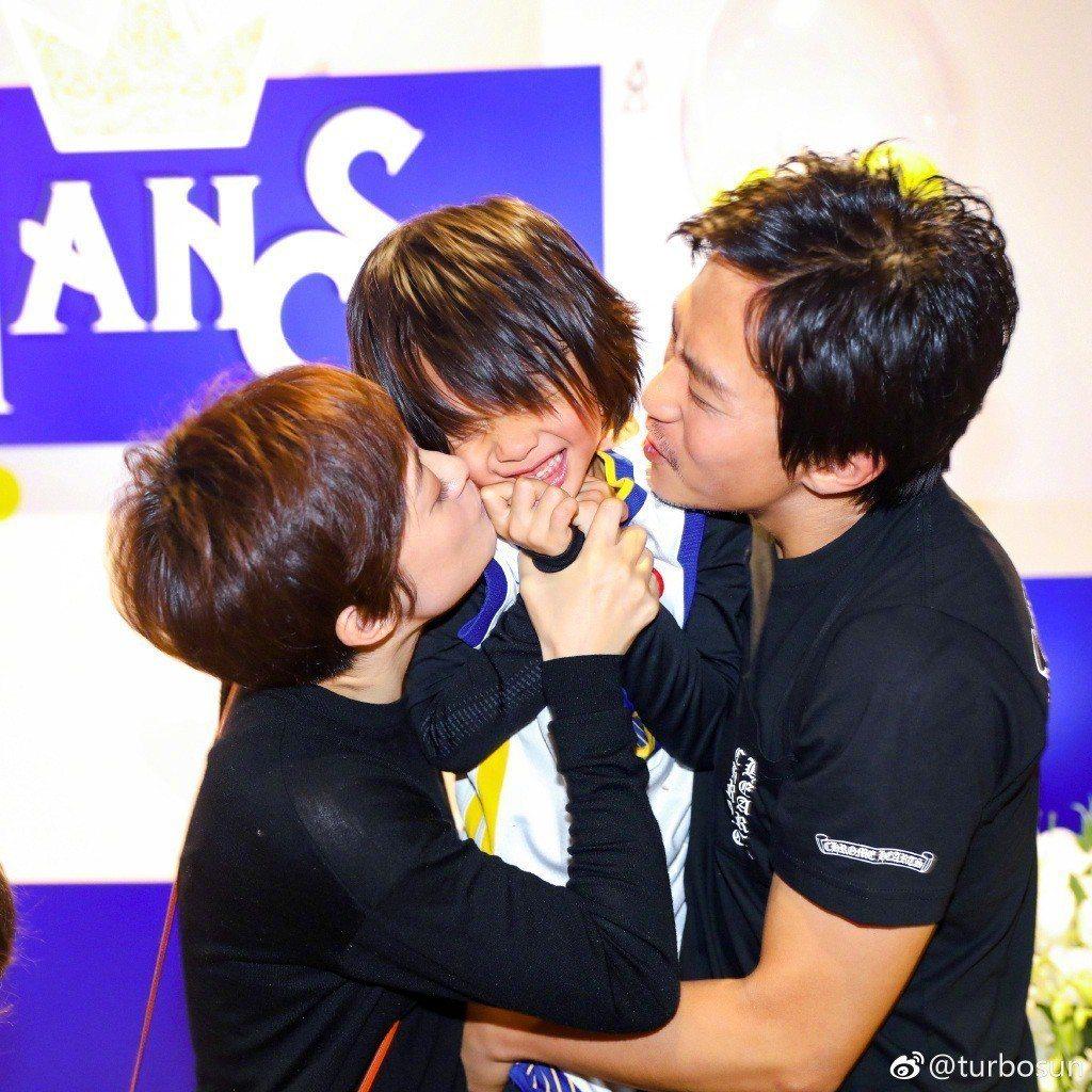 孫儷、鄧超夫妻抱著兒子狂親。圖/摘自微博