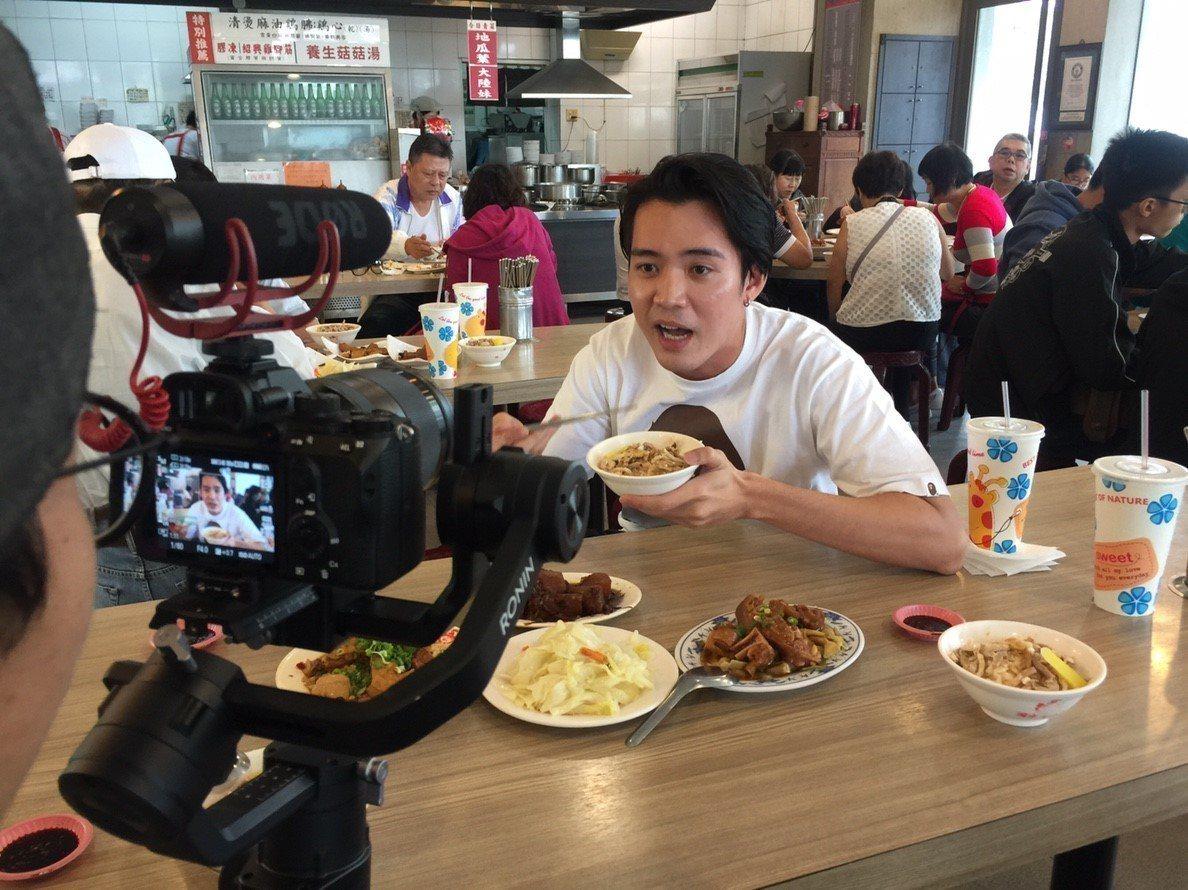 新加坡歌手黃振隆當領隊,偕150人旅遊團到嘉義市觀光,今天中午品嘗道地的火雞肉飯...