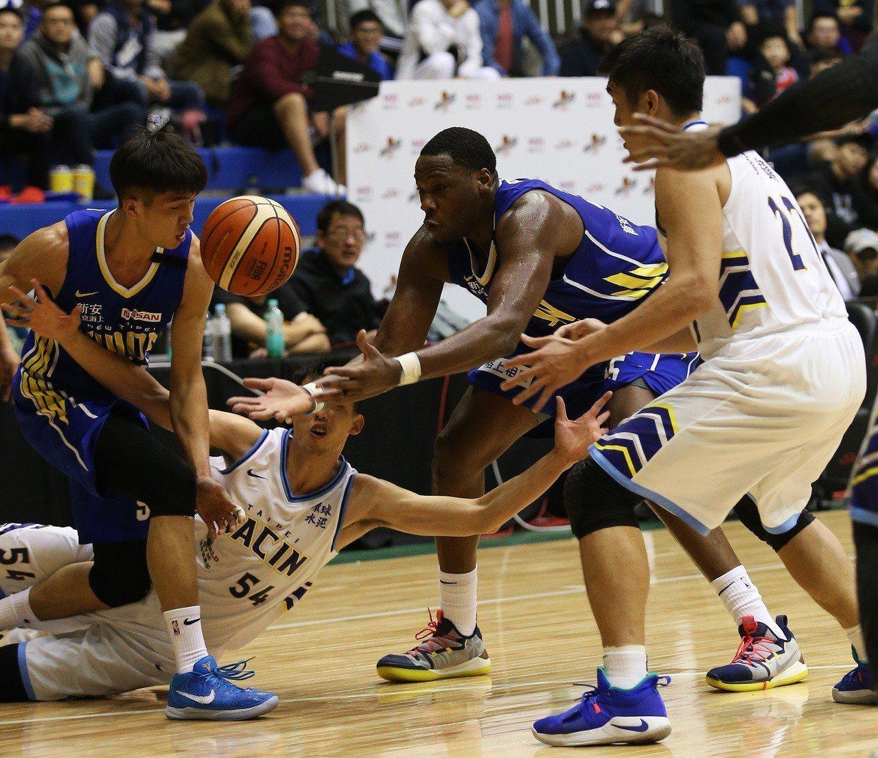 道森(中)加入為球隊防守端帶來貢獻。圖/中華籃球協會提供