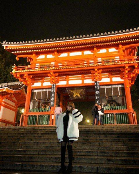 40歲的濱崎步又陷入愛河了嗎?她在京都巡演空檔到八坂神社拍照留念,卻因為同行的舞者荒木駿平也在該地拍下了相同角度的照片,被傳出「不單純」,加上濱崎步在IG上留言「有約會的感覺」,讓外界懷疑她和年僅1...