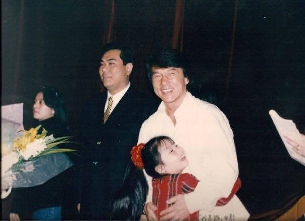 楊小黎開心抱著成龍。圖/摘自臉書